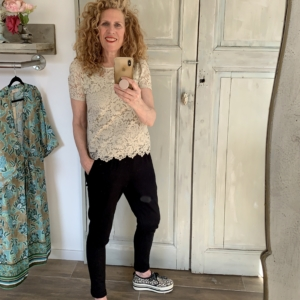 beige kanten top met korte mouw zwarte joggingbroek your personal shopper